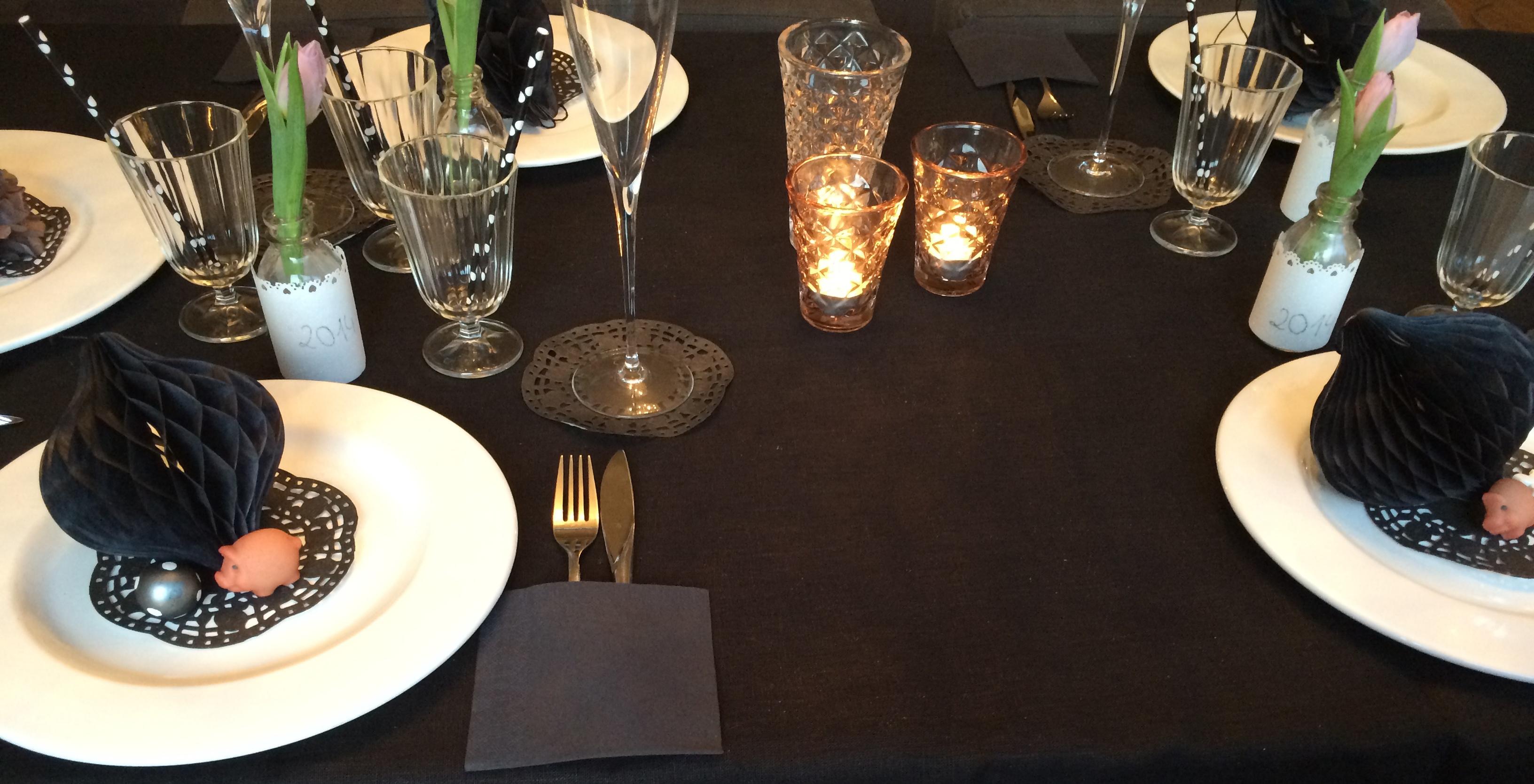 Tischdeko-mit-Wabenaellen-schwarz-weiss