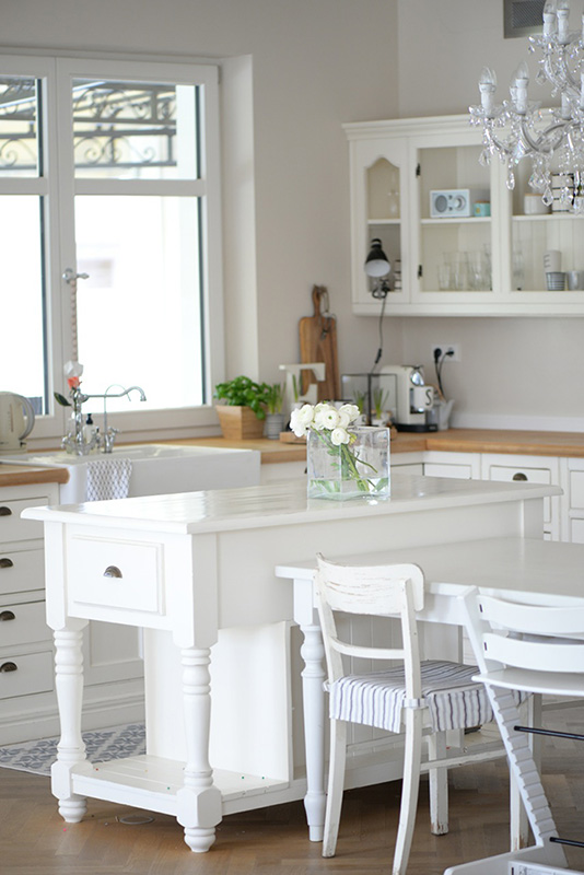 k che im modernen landhausstil von eva wohnkonfetti. Black Bedroom Furniture Sets. Home Design Ideas
