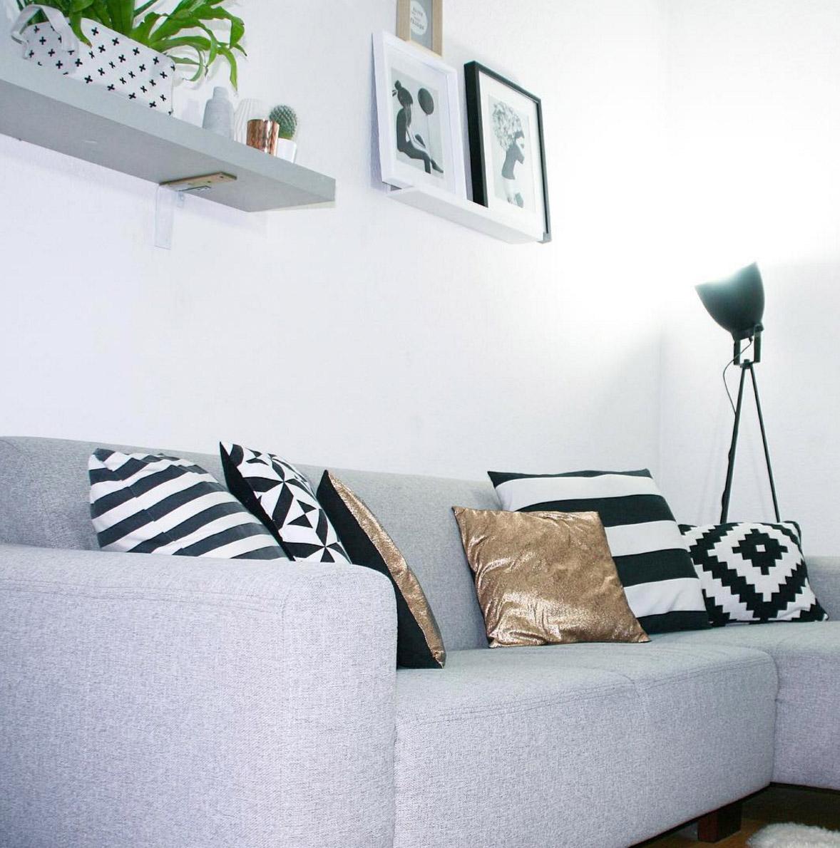 graues-sofa-schwarz-weisse-kissen