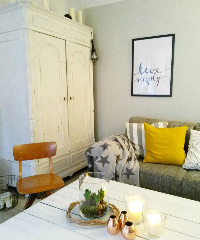 graues-sofa-weisse-einrichtung