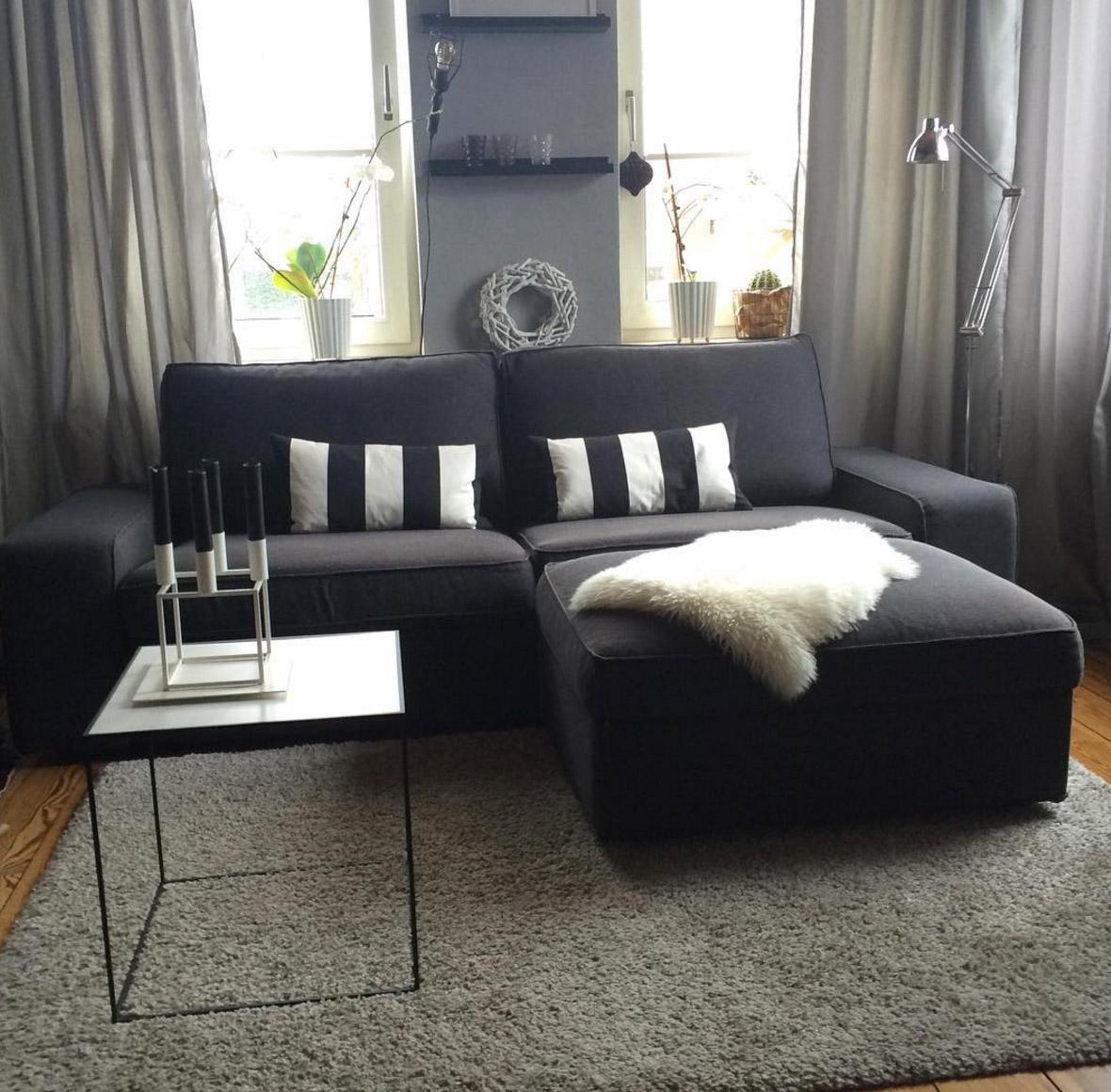 schwarzes-sofa-twin-beistelltisch
