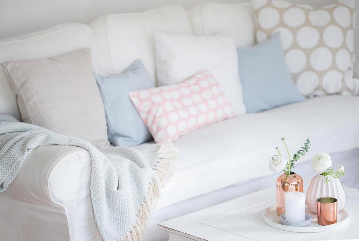 sofa-mit-kissen-dekorieren