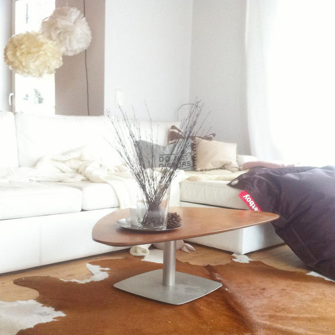 weisses-sofa-kuhteppich