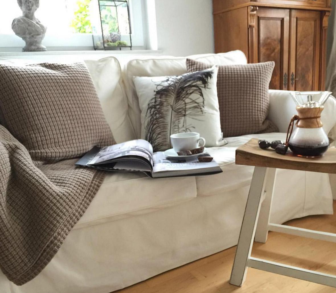 weisses-sofa-mit-holzmoebeln