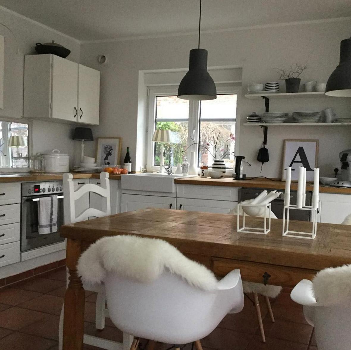 Weisse kuchen mit holzarbeitsplatten wohnkonfetti for Keramikspülbecken