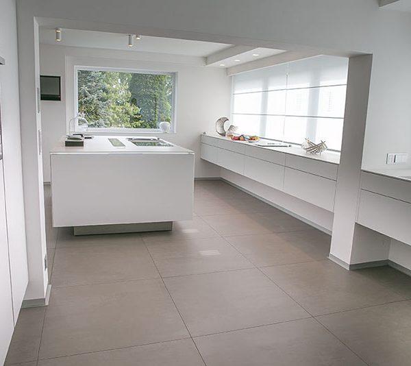 Weiße Küchen mit Holzarbeitsplatten - Wohnkonfetti | {Küchenplanung tipps tricks 35}