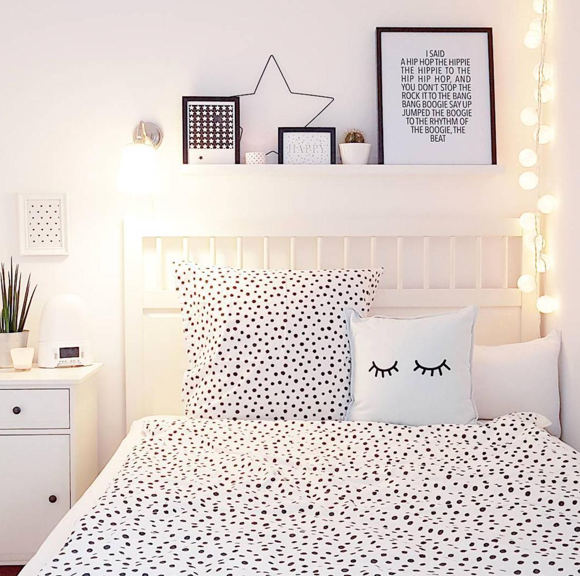 Hier Seht Ihr Das Schlafzimmer Mit Großzügigem Blick Nach Draußen. Neben  Dem Schönen Schlafzimmer Und Der Tollen Bettdeko, Finde Ich Die  Fensterlösung Auch ...